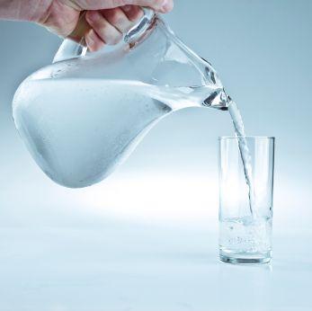 Seniorom je potrebné aktívne ponúkať tekutiny